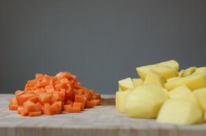 Zutaten sind Kartoffelstücke und Möhrenstücke