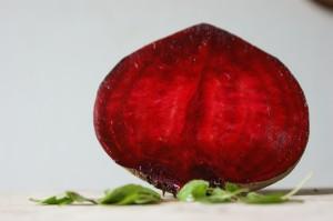 Eine halbierte rote Rübe mit leuchtendem Anschnitt. Grundzutat für Borschtsch.