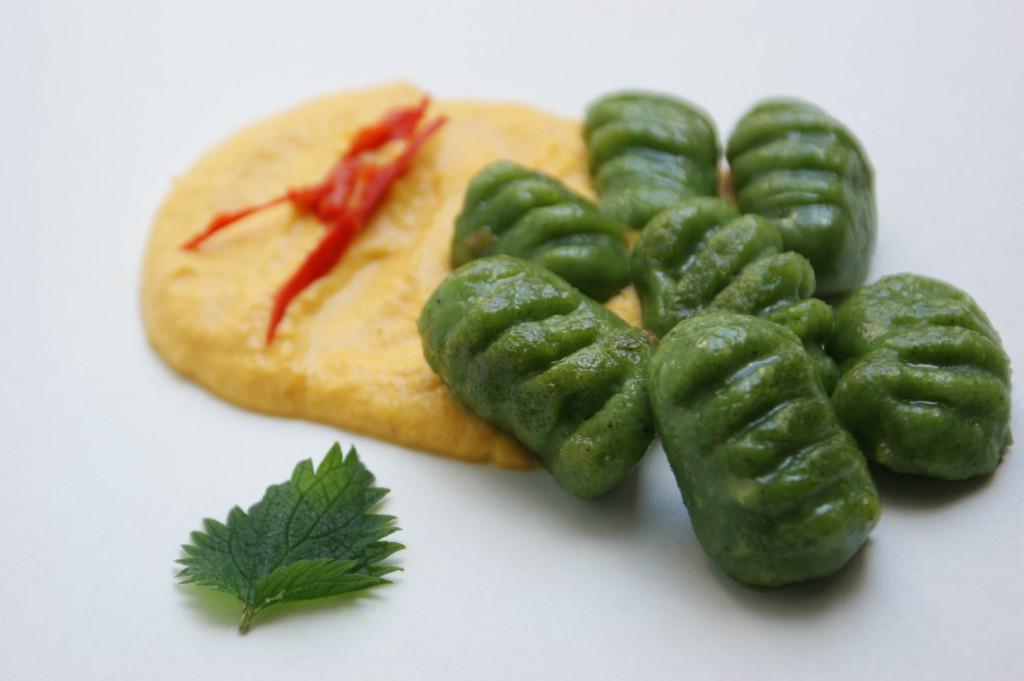 grüne Brennessel-Gnocchi mit oranger Möhrencreme