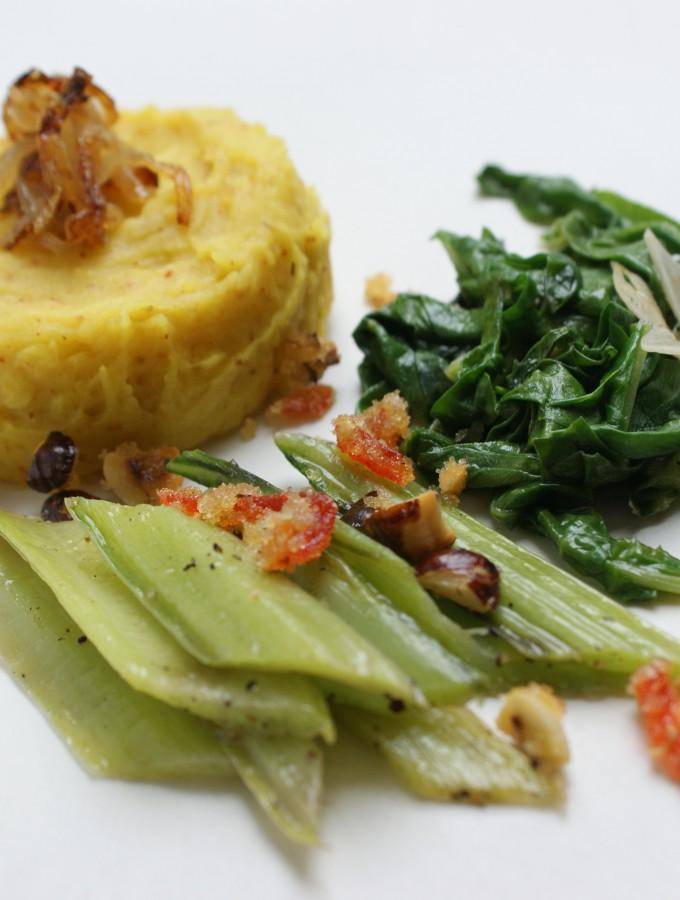 Grünes Mangoldgemüse mit gelbem Kartoffelbrei und Chilizucker