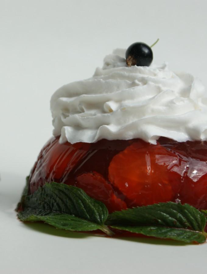 rote Erdbeersülze mit weißer Sahne und grüner Minze