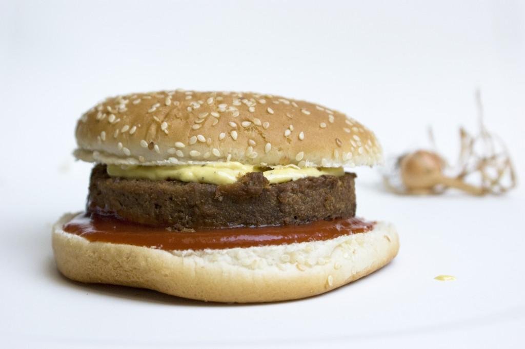 Die perfekte vegane Mayo auf Burger