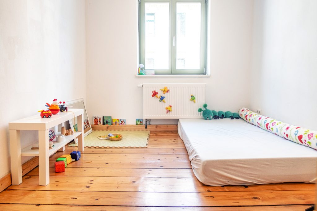 Montessori baby kinderzimmer ab 10 monaten the krauts for Montessori kinderzimmer