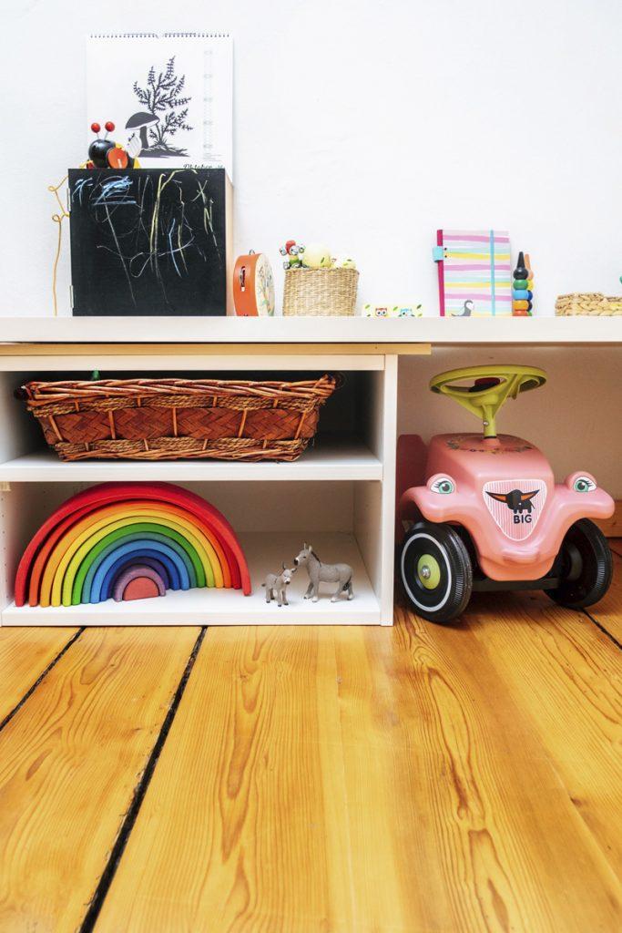 Montessori für Kleinkinder: Regale im Kinderzimmer
